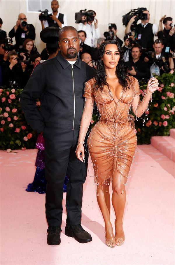 Kanye West i sort og Kim Kardashian i gennemsigtigt tøj på den røde løber