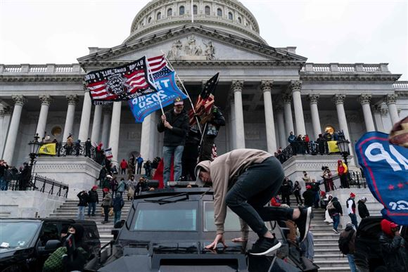 Billede af optøjer foran Capitol Hill