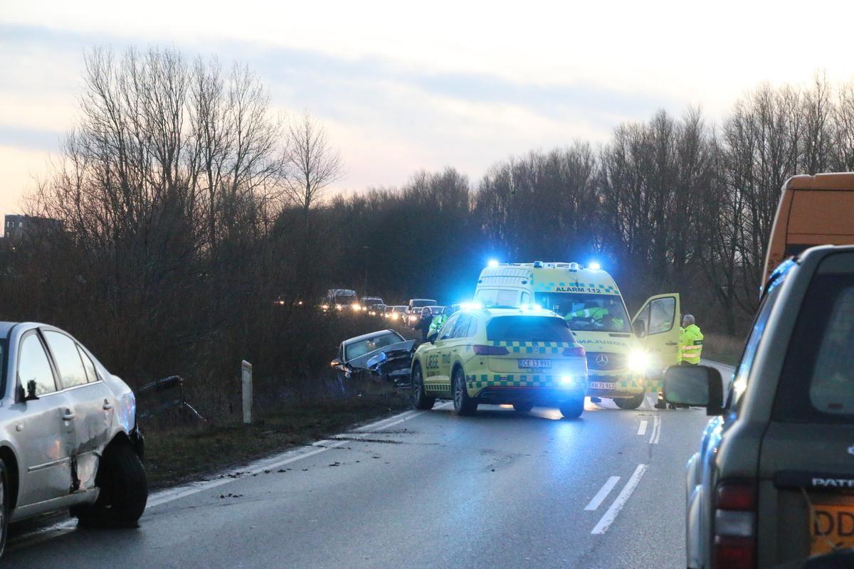 Redningskøretøjer på en vej med smadrede biler