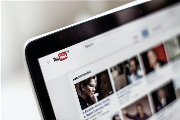 computerskærm med siden åbnet på youtube