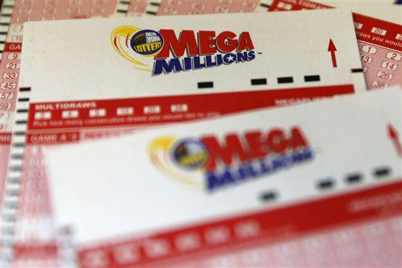 lottokuponer fra det amerikanske lottospil Mega Millions ligger på bord