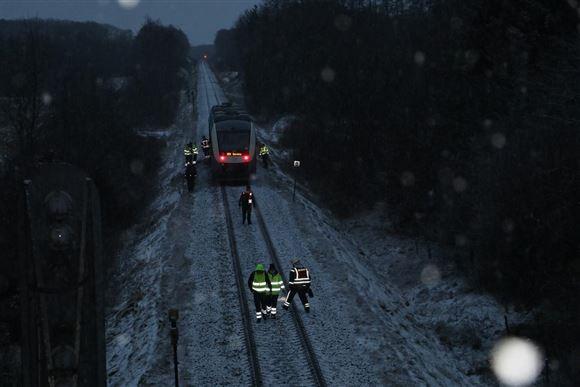 tog holder stille på jernbane efter ulykke