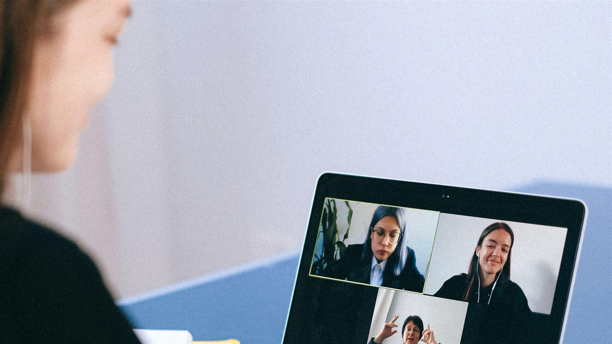 Kvinde arbejder online med møde