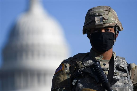 En soldat med kuplen fra Capitol Hill i baggrunden