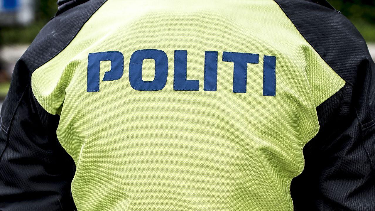 En politibetjent set fra ryggen