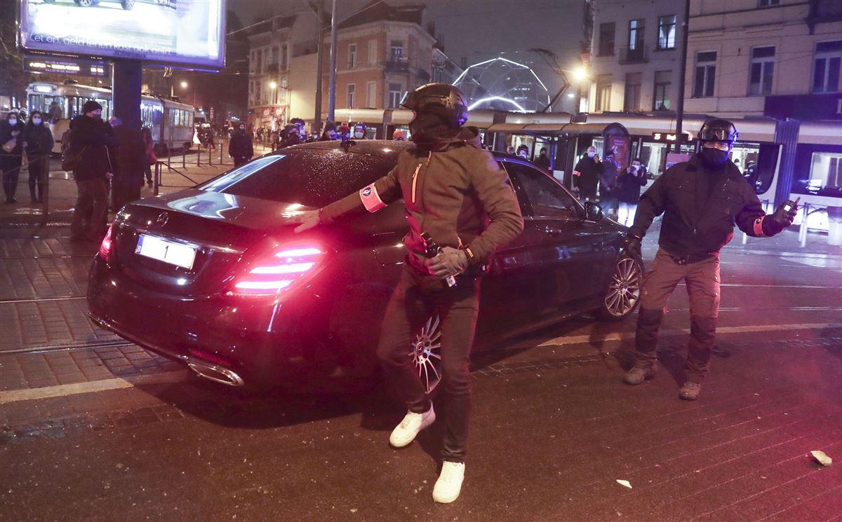 Kongens bil fotograferet under angrebet med demonstranter omkring.