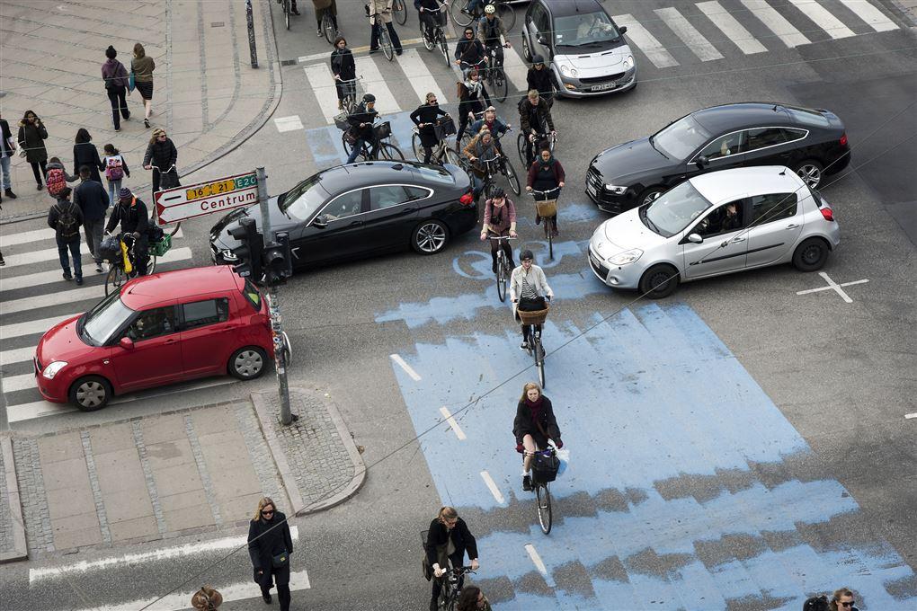 trafikkryds med bilister, cyklister og gående i karambolage med hinanden