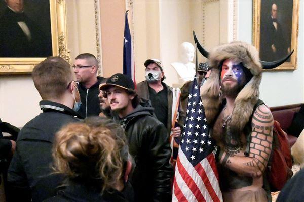 billede inde fra kongresbygningen som viser blandt andre QAnon-shamanen Jack Chansley