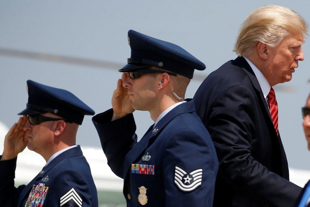 Trump går forbi honnørhilsende soldater