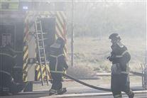 To brandmænd ved en brandbil