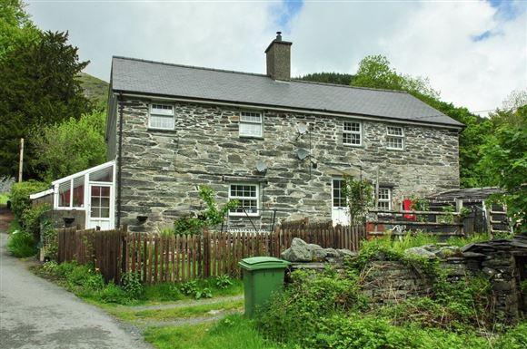 Et hus op ført i gamle grå sten.