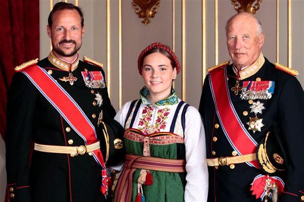 Billede af kong Harald, kronprins Haakon og prinsesse Ingrid Alexandra