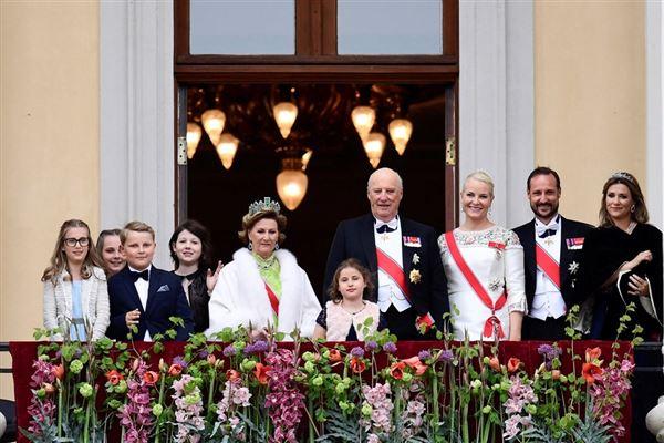 Billede af regentparret med hele familien