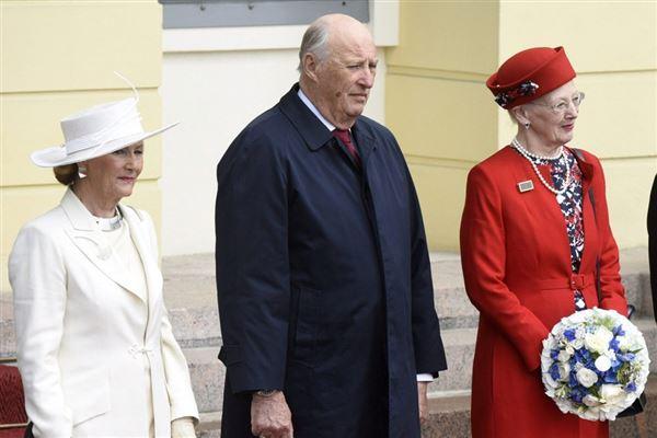kong Harald og dronning Sonja ses sammen med dronning Margrethe
