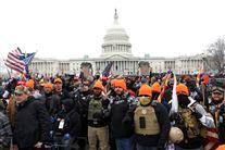 gruppe af Proud Boys foran kongressen