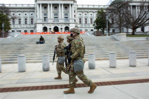 vagtfolk patruljerer foran kongresbygningen i Pennsylvania