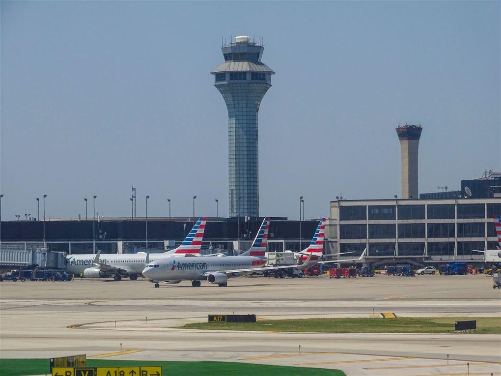 fly og kontroltårn i chicagos internationale lufthavn