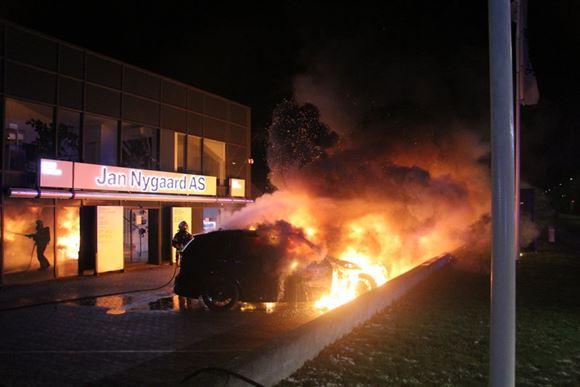 bil i brand ved bilforhandler