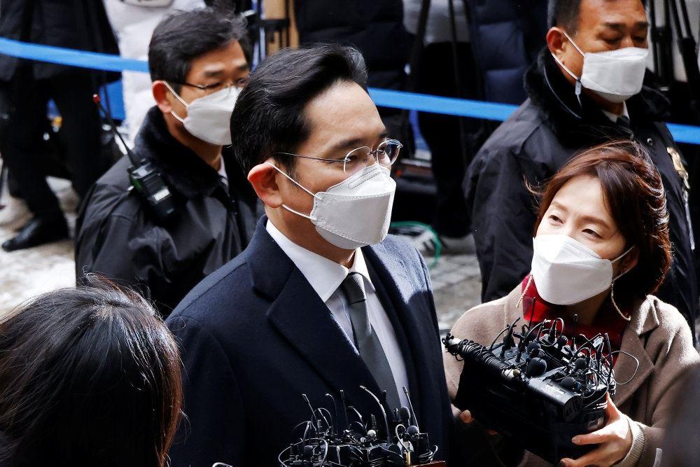 Samsung-arvingen Jay Y. Lee iført mundbind