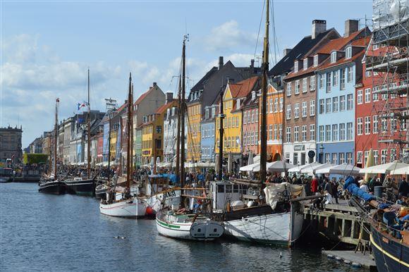 Både i Nyhavn på en sommerdag
