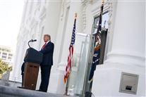 Donald Trump taler foran Det Hvide Hus