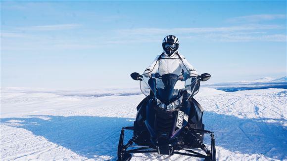 En snescooter i sneen