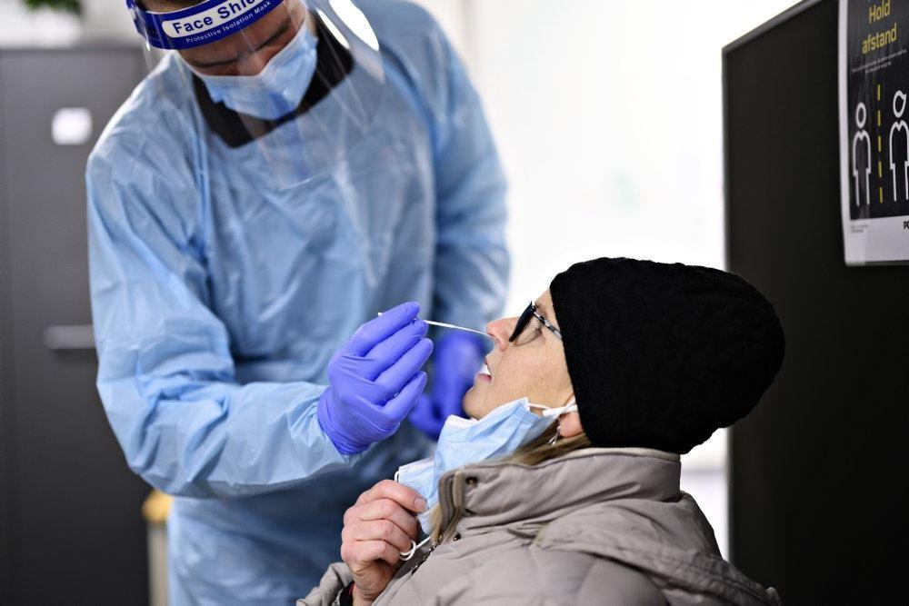 En pensionist får stukket en pind op i næsen