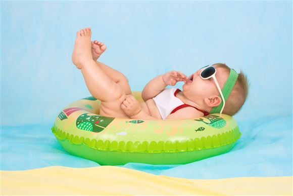 En baby i en badering