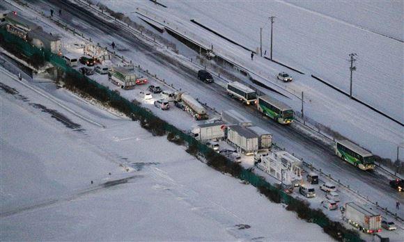 Masser af biler på en sneklædt motorvej