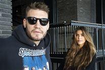 nicklas bendtner med solbriller og kæresten philine i baggrunden