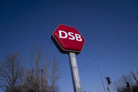 dsb-skilt under blå himmel