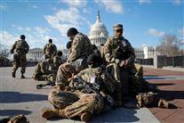 soldater sidder foran kongressen i washington