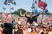Glade mennesker på festival