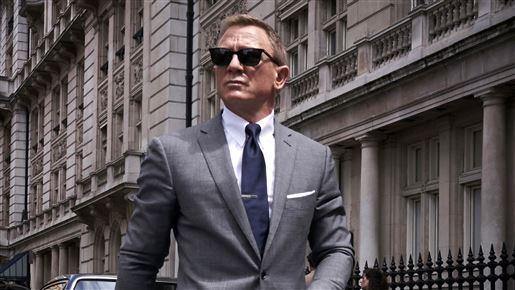 Daniel Craig med solbriller går på gade i rollen som James Bond