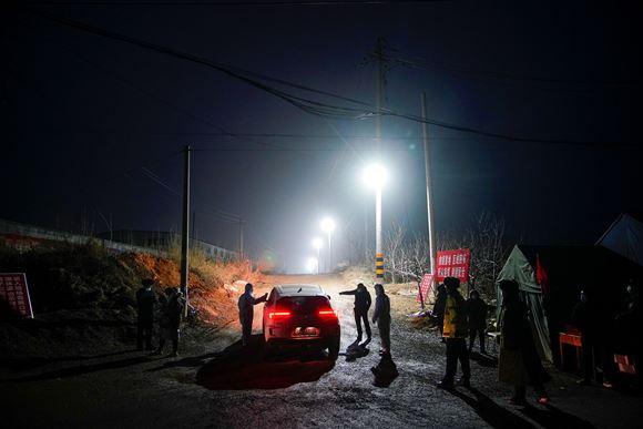 redningsarbejdere i aktion om natten ved mine i Kina