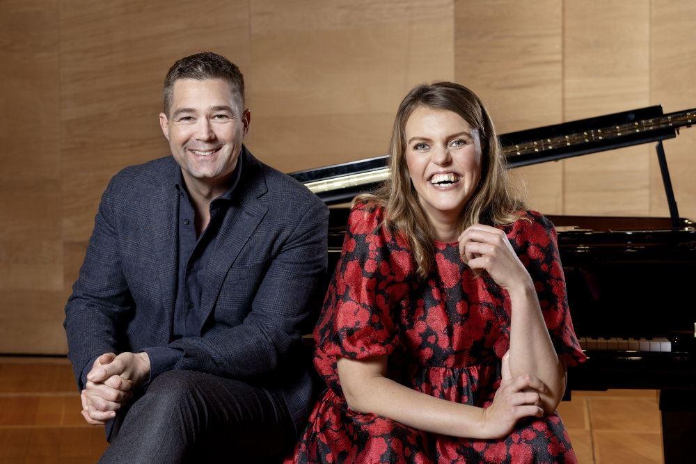 Johannes Langkilde og Katrine Muff sidder foran en piano