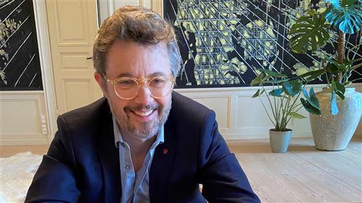Smilende kronprins ved skrivebord
