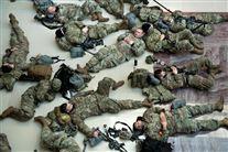 soldater ligger på jorden i p-kælder