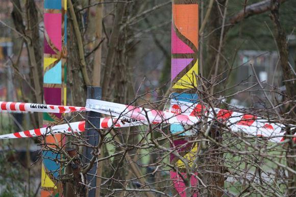 politiets afspærringstape ses i buske