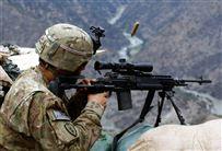 En amerikansk snigskytte i nogle bjerge skyder
