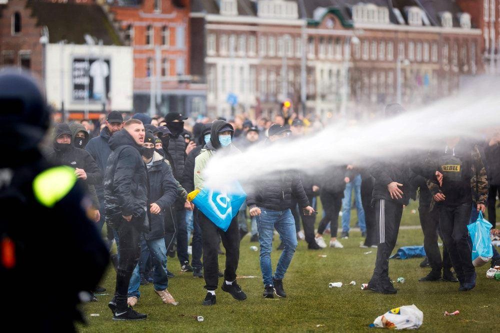 Politi med vandkanon mod demonstranter