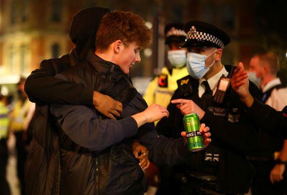 politiet foretager en anholdelse