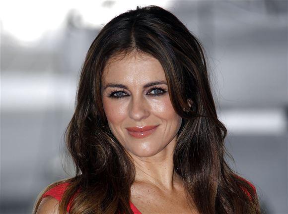 skuespilleren og modellen Liz Hurley smiler