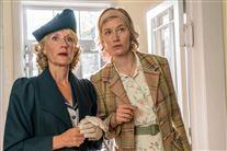 Anette Støvelbæk og hendes serie-datter i kostumer. De ser meget overraskede ud,