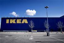 Et IKEA varehus med en helt tom parkeringsplads.