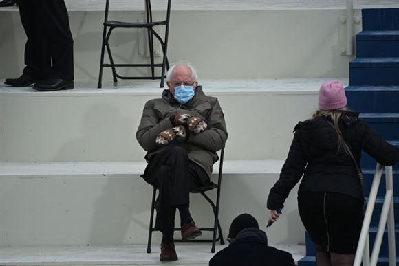 bernie sanders med mundbind ved Joe Bidens indsættelsesceremoni