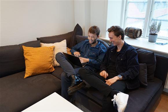 To unge fyre i en sofa