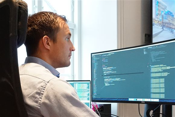 En fyr kigger ind i en skærm