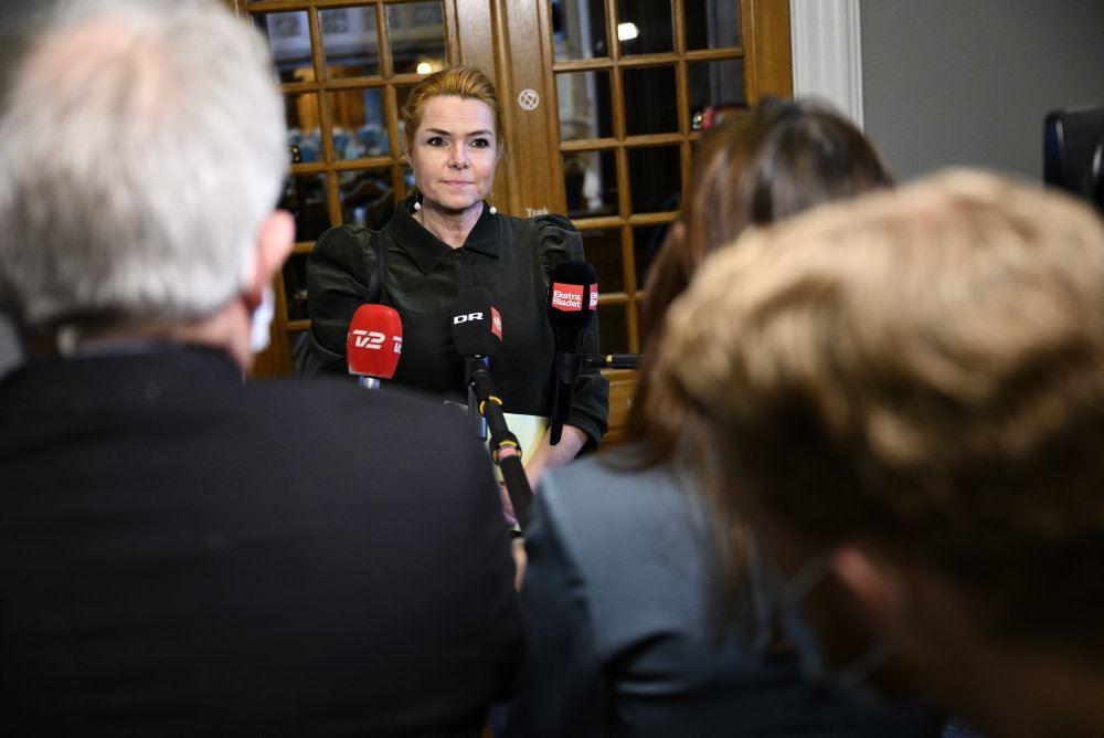 Inger Støjberg omgivet af pressefolk