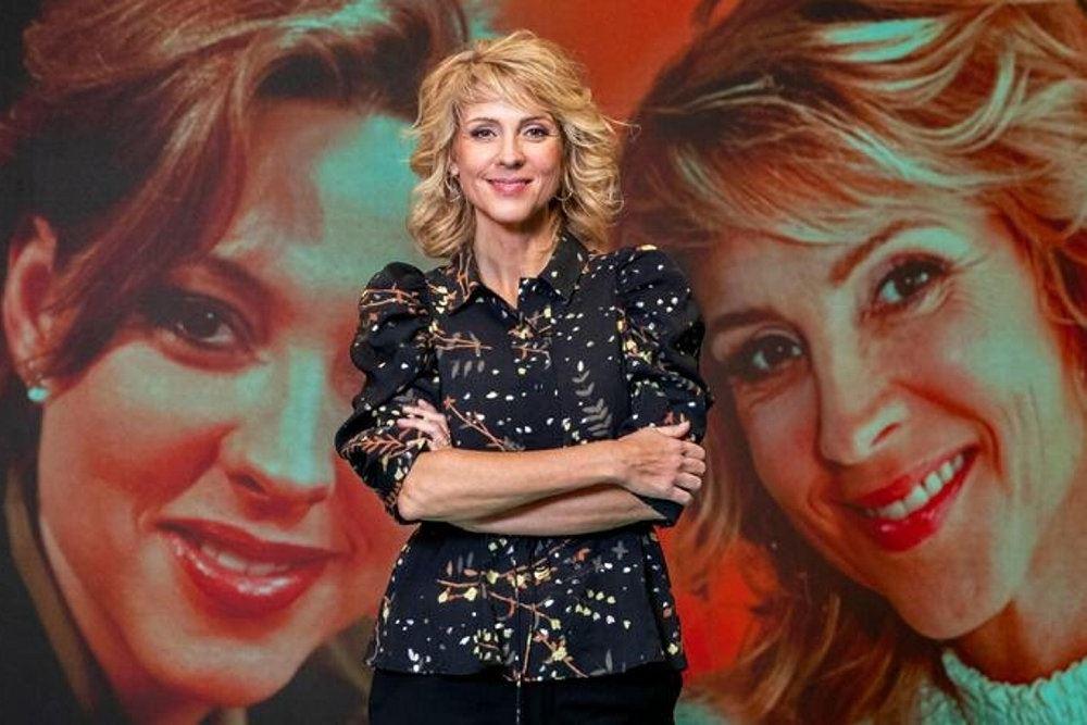 Cecilie Frøkjær foran en væg med to billeder af hende